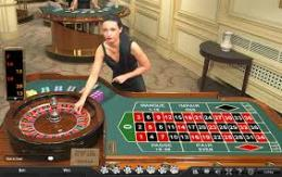 table de roulette avec croupier en direct